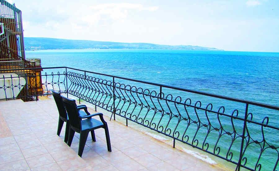Эллинги в Феодосии на берегу моря: близость пляжа и прибоя
